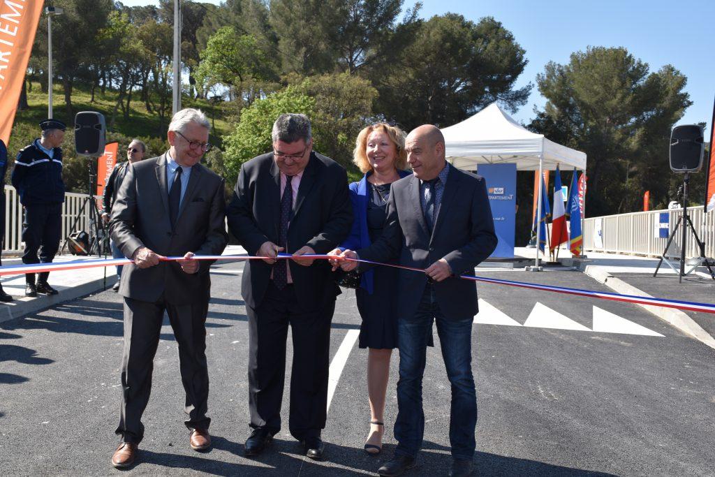 Marc Giraud, Président du Conseil Départemental, Gil Bernardi, maire du Lavandou et Président du SIPI, François Arizzi, maire de Bormes et patricia Arnould, Conseillère départementale lors de l'inauguration du pont, en avril 2017.